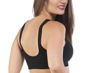Modelo vestida com um sutiã top sem bojo preto