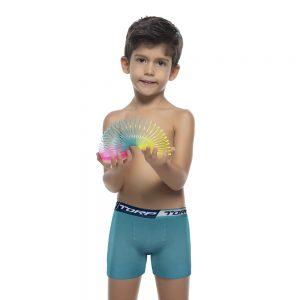 Modelo infantil usa cueca verde do kit cueca infantil boxer da Torp
